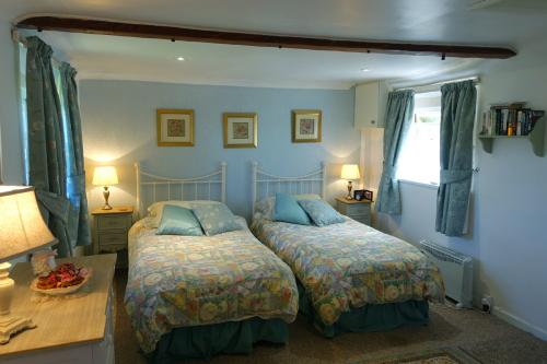 Frogfurlong-Cottage-Garden-Room-twin beds